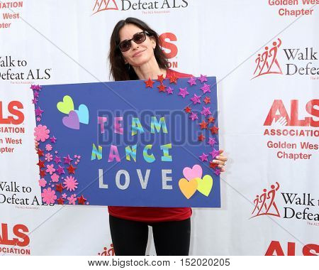 LOS ANGELES - OCT 16:  Courteney Cox at the ALS Association Golden West Chapter Los Angeles County Walk To Defeat ALS at the Exposition Park on October 16, 2016 in Los Angeles, CA
