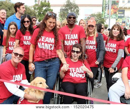 LOS ANGELES - OCT 16:  Coco Arquette, Courteney Cox, Jay Schwartz, Nanci Ryder, Renee Zellweger, Kate Linder at the LA Walk To Defeat ALS at the Exposition Park on October 16, 2016 in Los Angeles, CA