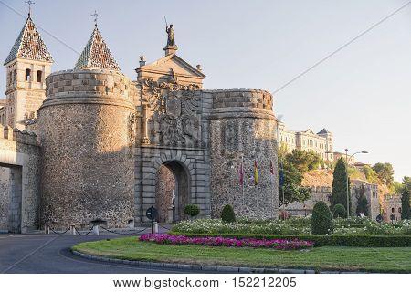 Toledo (Castilla-La Mancha Spain): the medieval walls and a door