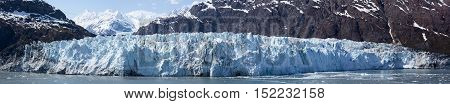 The vast panoramic view of a glacier in Glacier Bay national park (Alaska).