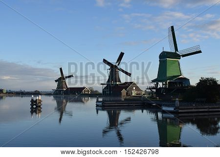 vista de tres molinos de viento en el lago zaanse de holanda
