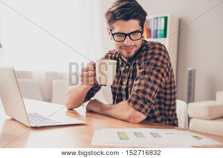Smart Young Businessman Drinking Coffee And Reading Diagrama