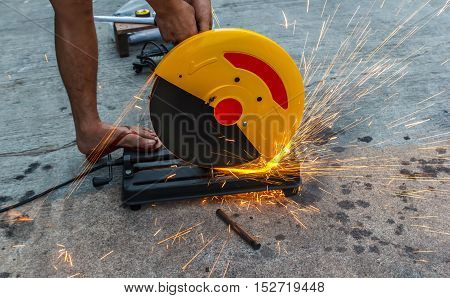 worker cutting steel by cutting electric fiber machine