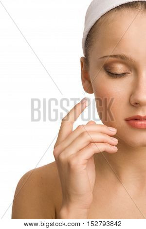 Close-up portriet of the woman applying moisturizer