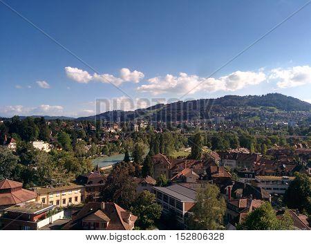 La bellissima Berna durante una giornata estiva. Paesaggio naturale e artificiale vanno a nozze.