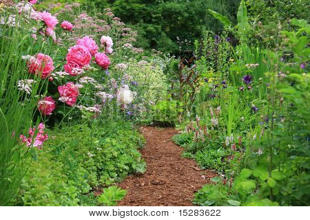 Hübsche Pfad in einem englischen Cottage-Garten.