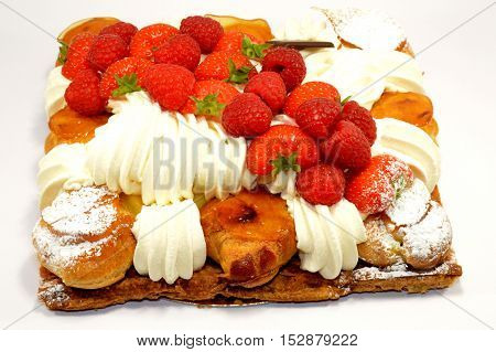 Cake of strawberries with some creme frais