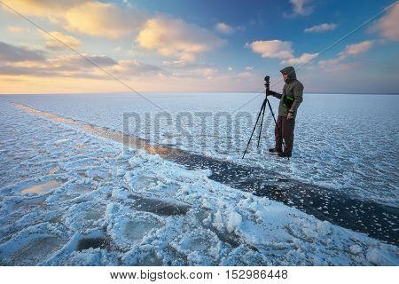 The traveler takes a winter landscape. Man shoots landscape in winter