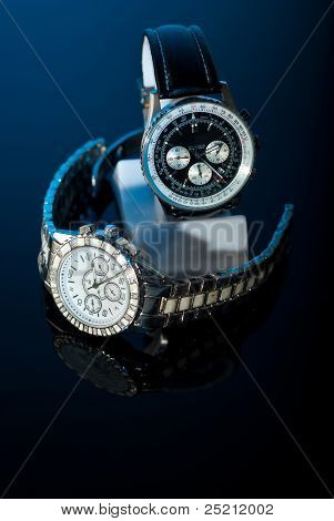 Dois relógios em preto