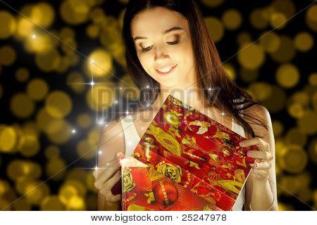 La chica abre el regalo