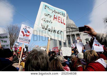 MADISON, WI - FEB 19: Anzeichen vor Wisconsin Capitol protestieren Gov Scott Walker auf aufgehoben werden