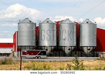 Metal grain facility with silos