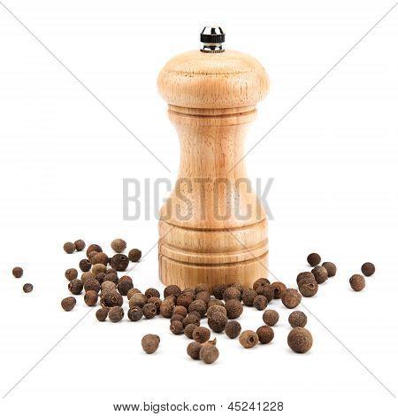 Pimienta de Jamaica y un molino para moler