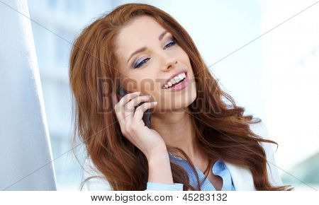 Uma mulher linda jovem agente imobiliário no telefone