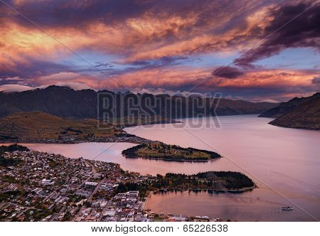 Queenstown cityscape with Wakatipu lake and Remarkables Mountains at sunset, New Zealand