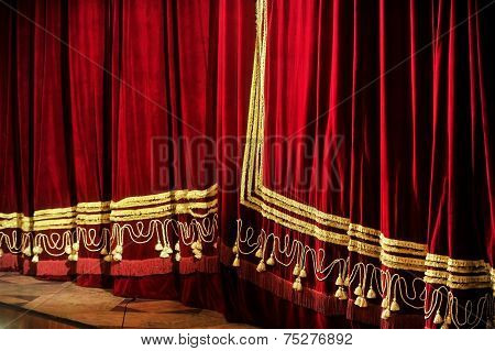 Opera Closed Curtains