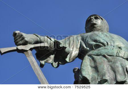 Jehan De Beaumenoir statue in Dinar