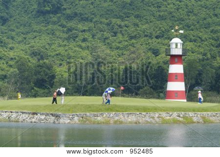 Jogadores de golfe e transportadores em verde