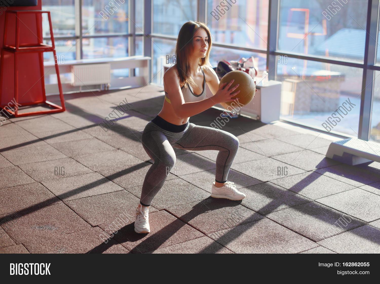 Девушка делает присед фото