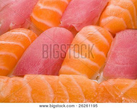 primer plano de rollos y sushi - comida tradicional japonesa