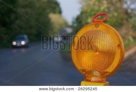 Luz amarela de aviso em uma construção de estradas