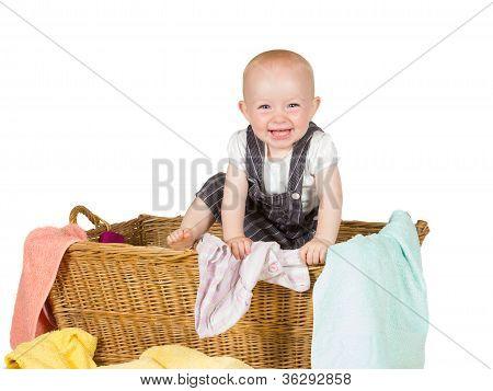 Niño alegre en cesta de mimbre