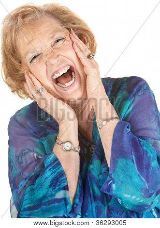 Loira mulher sênior gritando