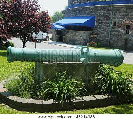 Spanische 24-Pfünder-Kanone, die 1786 auf dem Display auf Fort Hamilton US Army base in Brooklyn umgewandelt