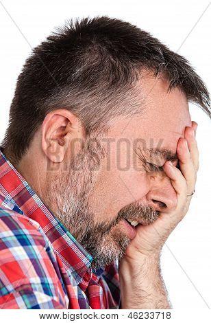 Homem idoso sofrendo de uma dor de cabeça