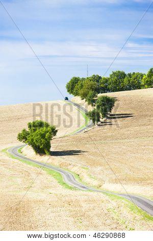 campo con una carretera, Departamento de Gers, Francia