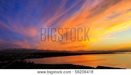 dramatische lebhaft orange Sonnenuntergang über einer marine Bucht