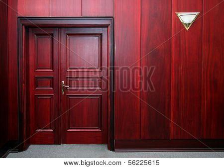 interior de madera de caoba de lujo con puerta cerrada