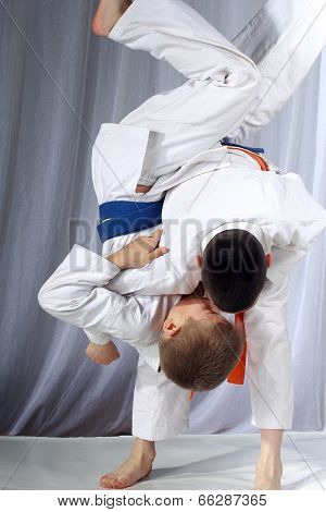 Nage-waza technique in performing by two athletes