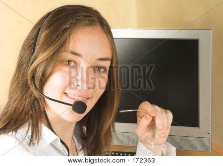 Постер, плакат: Дружественных клиентов услуги женщина с бокалами, холст на подрамнике