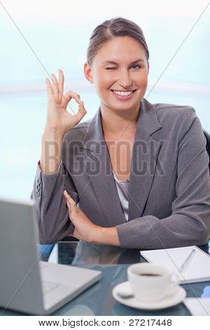 Portrait of a young Businesswoman signieren, die ist alles in Ordnung mit einem wissenden Lächeln