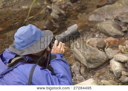 Un fotógrafo tomar fotos en el exterior.