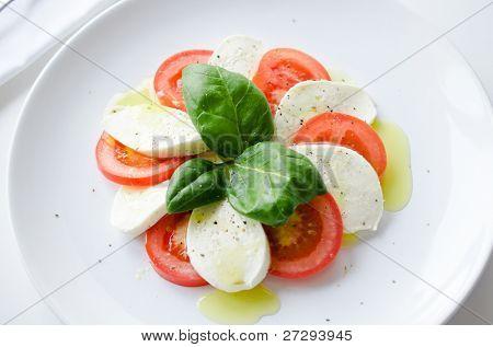 klassische Caprese-Salat