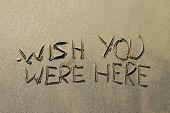 Постер, плакат: Здесь были вписанный в мокрый песок вдоль береговой линии пляжа желаю вам сообщение