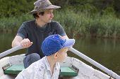 Постер, плакат: отец с сыном в весельная лодка летнее время
