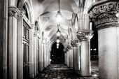 Постер, плакат: Архитектура старой коридора с лампой освещенные в ночь
