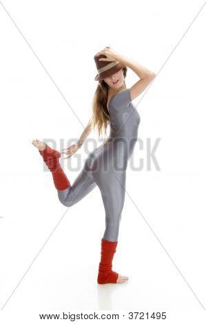 Frau versucht ihr Bein