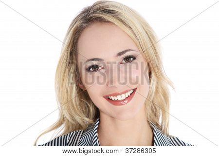 Retrato de muito sorridente loira