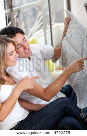 Paar mit der Zeitung