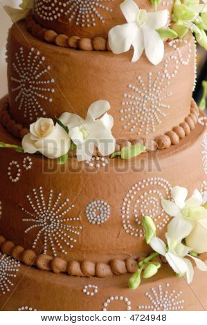 Close-Up de casamento bolo de Chocolate com flores frescas