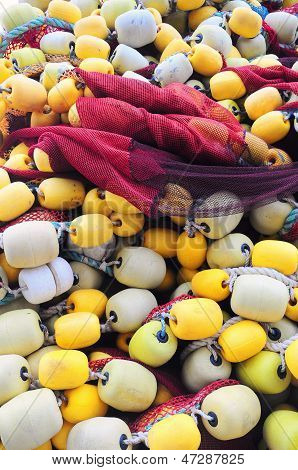 fishing net with yellow and white floaters