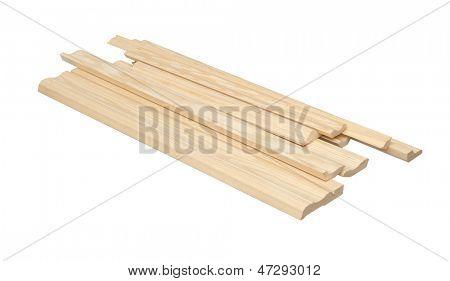 Rodapés de madeira branco com traçado de recorte isolados sobre.