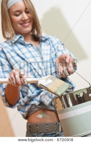 Mejoras para el hogar: Sonriente con la lata de pintura