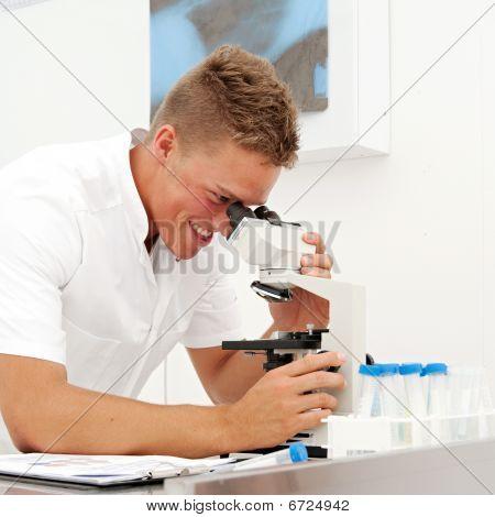 Técnico de laboratorio de hombre joven
