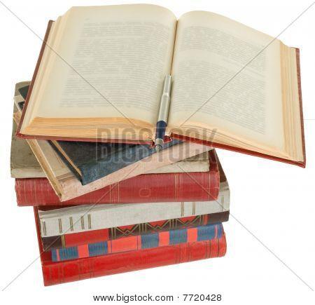 Pluma y libros antiguos