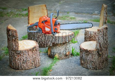 Chainsaw and carpentry products. Garden table and chairs from spruce logs.